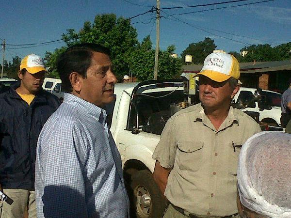 El intendente Franco coordina el operativo en el barrio A 4 esta mañana.