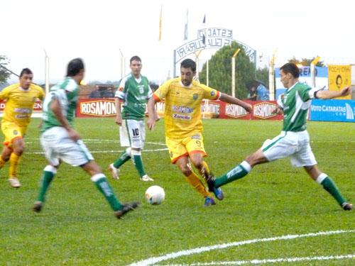 Leandro Martínez fue una de las figuras con dos goles.