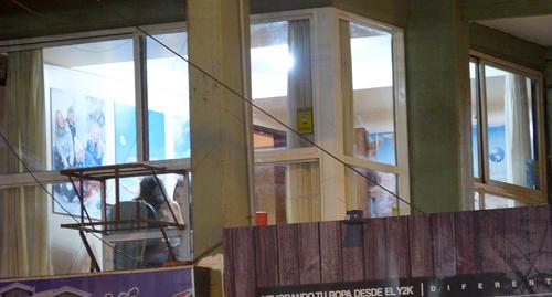 Las oficinas están un primer piso de una galería, sin grandes carteles.