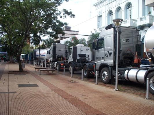Estacionados de contramano por la calle Bolívar.