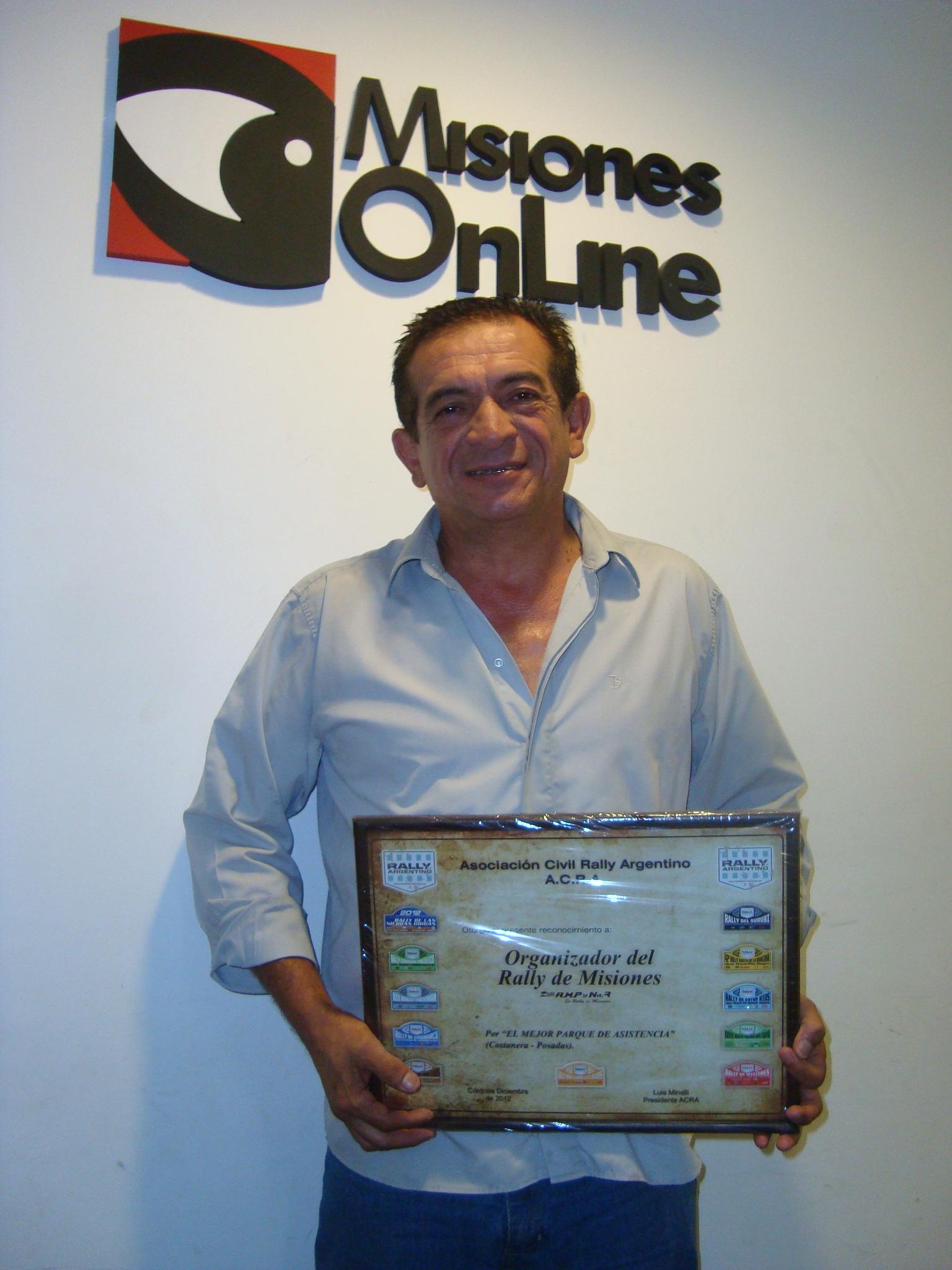 """Allende exhibe el premio al """"Mejor parque asistencial"""" que le entregaron a la AMPyNAR"""