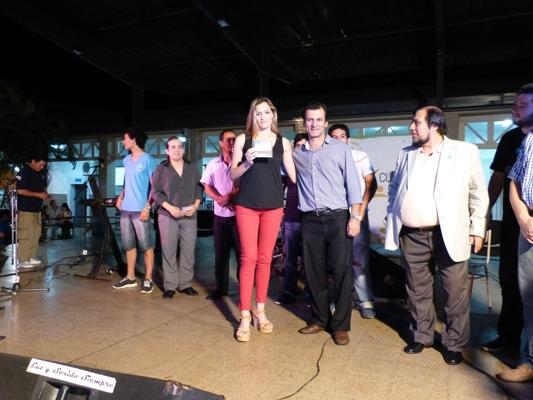 Lorena Paola Cardozo recibió el CD del pre Festival del Litoral grabado junto a otros intérpretes.