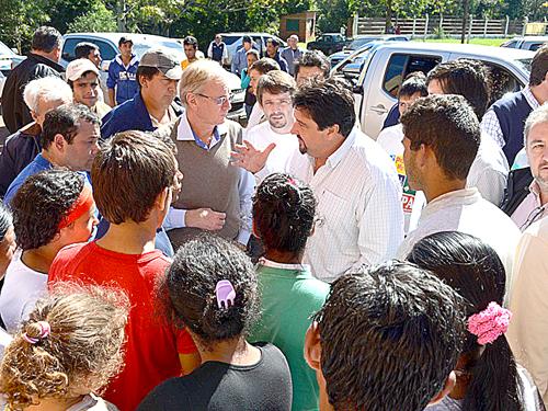 El gobernador Closs recorrió la zona y charló con los afectados el viernes.