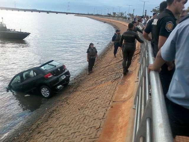 Efectivos sacan el auto del río