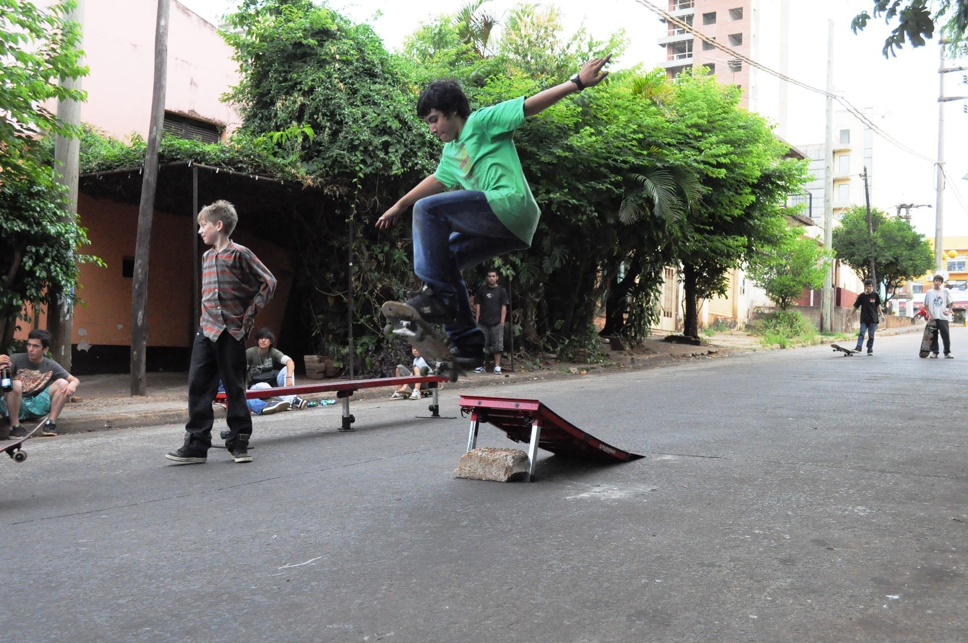 Juegos con skate en la Bajada Vieja.