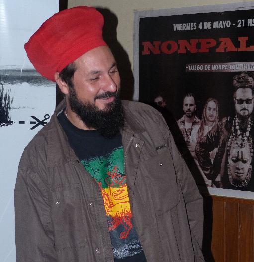 Néstor Ramljak, voz y guitarra, en conferencia esta tarde en el Alemán.