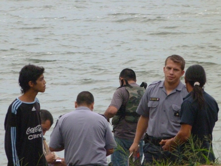 Ayer a la siesta los hermanos se tiraron al agua del Paraná en una zona prohibida para el baño
