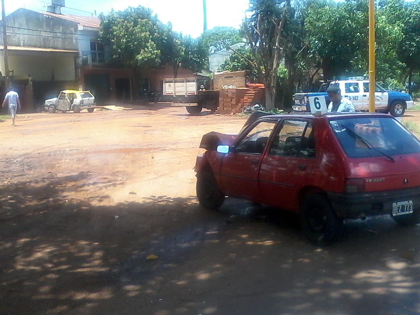 El taxi y sus ocupantes terminaron a varios metros del Peugeot
