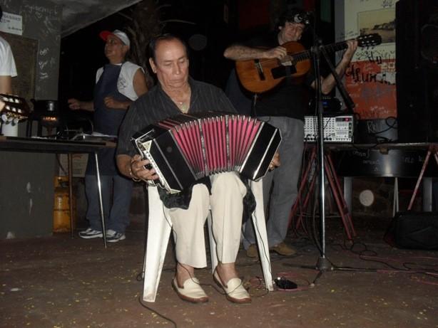 Empanadas y el chamamé de un Chaloy emocionado ante vecinos, amigos y compañeros artistas.