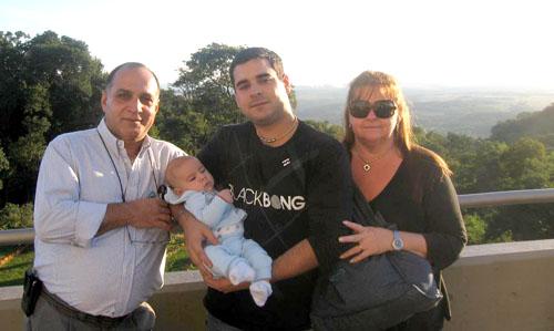 Sorpresa. El coronel Luciano Amoddio con su hijo, también soldado y su nieto.