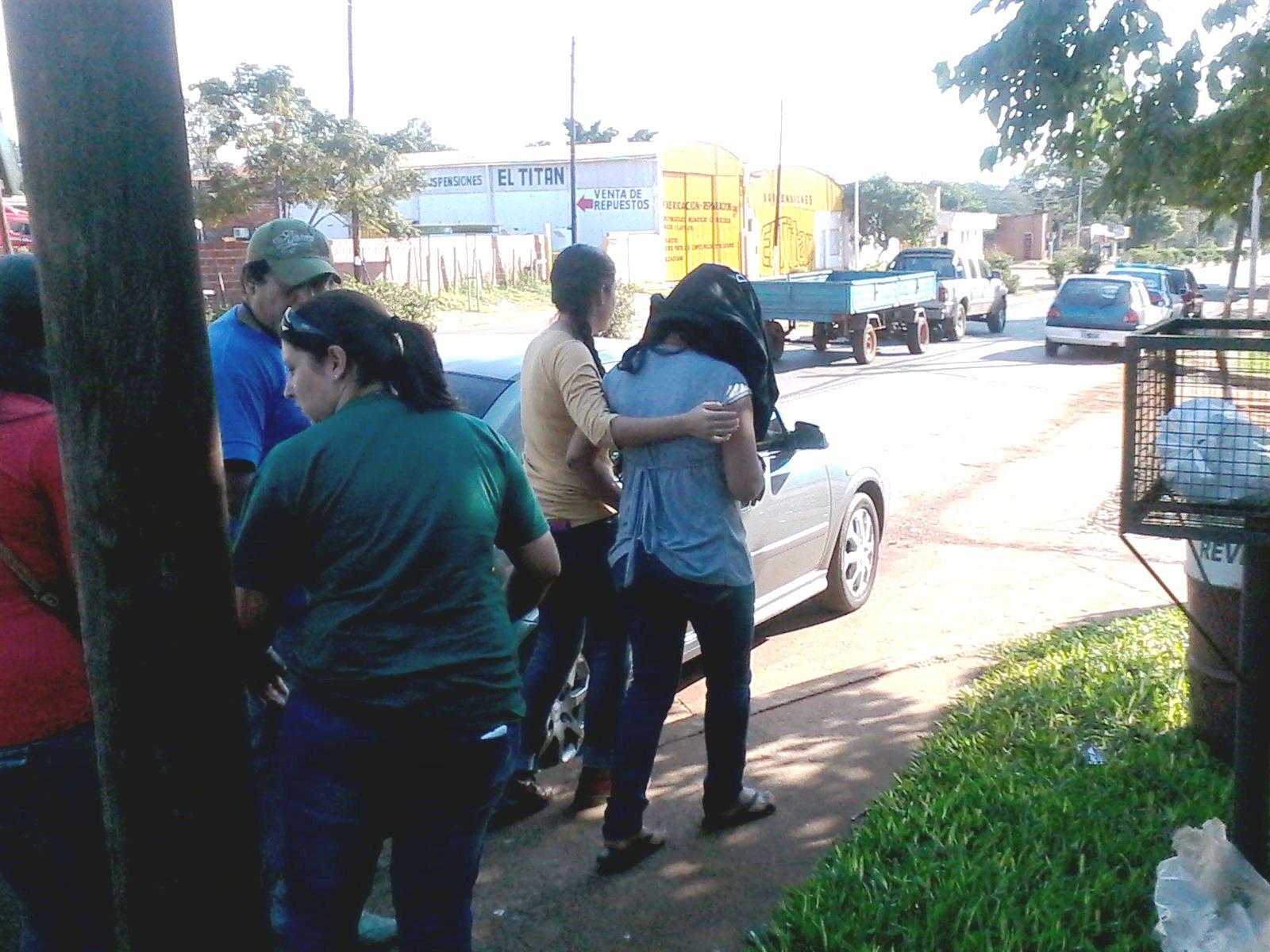 La joven de 22 años, con el rostro resguardado, es acompañada por la Policía.