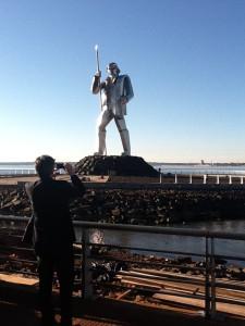 Sullivan recorrió la provincia y se sacó una foto con el monumento al general Andresito