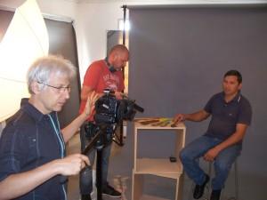 El fotógrafo especialista Ariel Steinberg, en el proceso de armar el catálogo de productos culturales misioneros con marca provincial.