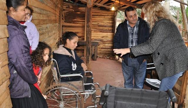Ministro entrega silla de ruedas Chacra 145 (4)