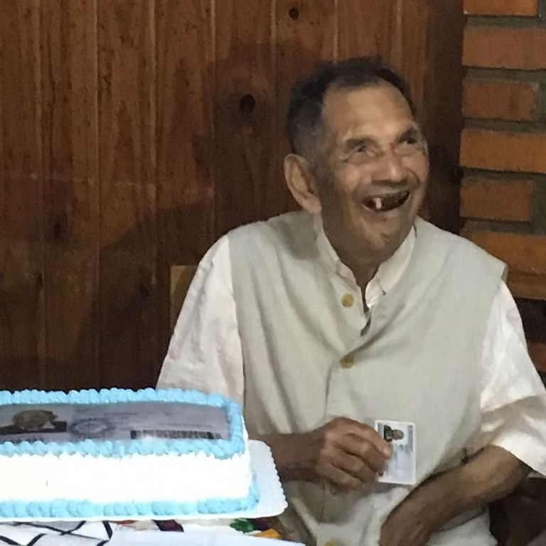 """Los festejos de """"Lupo"""" tras recibir su primer DNI a los 86 años en Eldorado"""