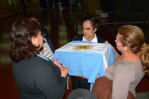 En casa. Los familiares y amigos recibieron los restos de Félix Escobar.