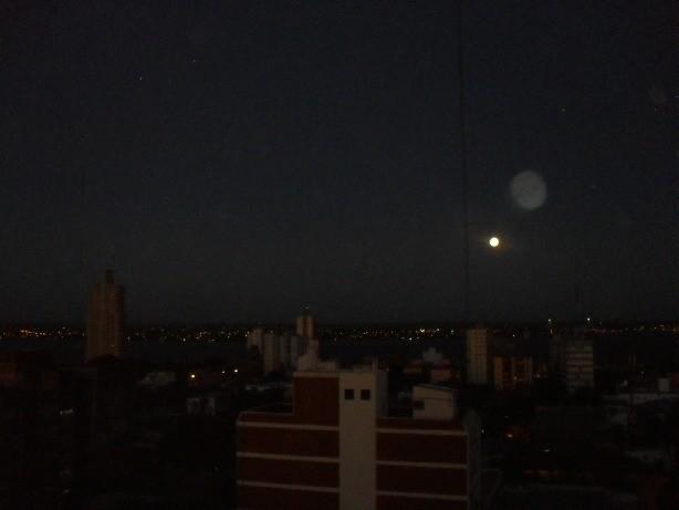 """Así pudo observarse la Luna llena, pasada las 19 en Posadas. La """"doble"""" imagen es efecto de refracción de la cámara."""