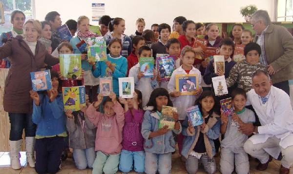 Chicos de Guaraní festejando su nueva biblioteca.