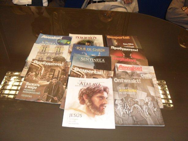 Revistas Atalaya y Despertad!, en varios idiomas.