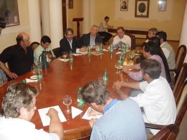 Una de las reuniones estuvo orientada exclusivamente a analizar la situación de los ocupantes de predios de la ex Maderil, en San Vicente