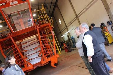 El gobernador Colombi recorrió las instalaciones del taller que fabrica la cosechadora. Foto gentileza del diario El Litoral (Corrientes)