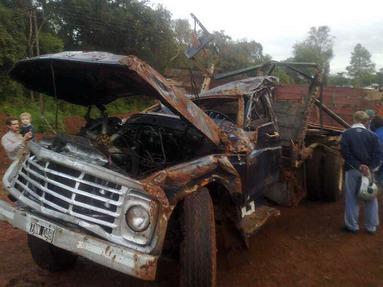 Destrozo. El camión volcó y produjo la muerte de los trabajadores rurales.