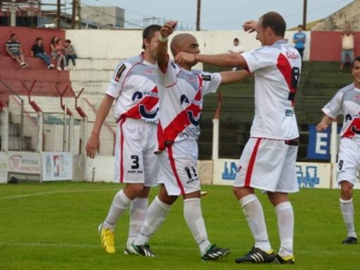 Darwin Barreto festeja el tercer gol con Enzo Noir, que también anotó en la goleada por 4 a 1.