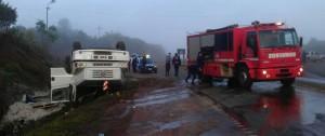 Un camión cargado con cemento se despistó en el cruce Karaben