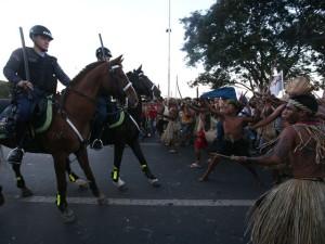 Con arcos y flechas, indígenas brasileños se defendieron de la Policía