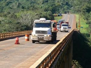 El puente sobre el arroyo Paranay está habilitado solo en una calzada