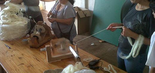 Artesanos locales se capacitan en el uso y mantenimiento de ruecas
