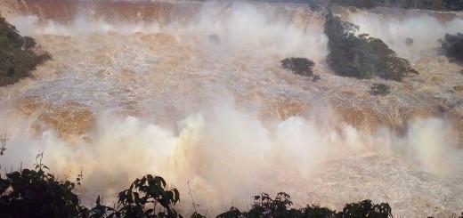 Con el río crecido, las Cataratas del Iguazú muestran un caudal histórico