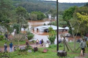 El Gobierno provincial garantiza abrigo, comida y asistencia sanitaria a personas afectadas por la inundación en Misiones