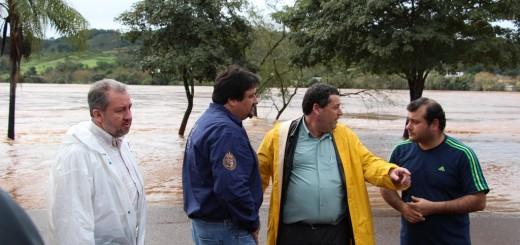 Closs recorrió ciudades inundadas y declarará la Emergencia Económica en toda la zona afectada