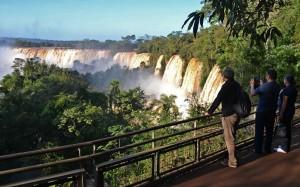 Miles de visitantes disfrutan del Parque Nacional Iguazú