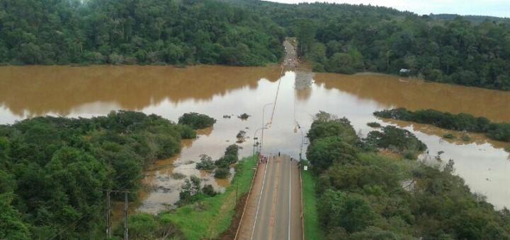 Puentes cortados sobre la ruta 12: trabajo conjunto entre Policía y Gendarmería para orientar a los conductores