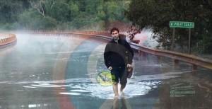 Inundaciones: Para cumplir con su guardia, un médico cruzó caminando el puente sobre el Piray Guazú