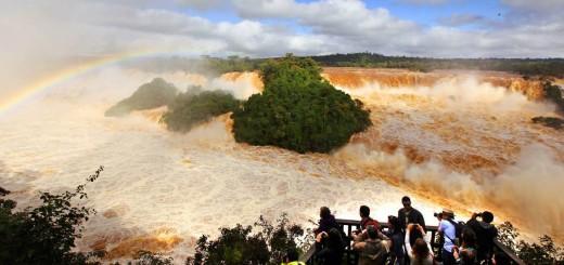 Águas revoltosas. Turistas observan la fuerza de las aguas. Kiko Sierich/O Globo