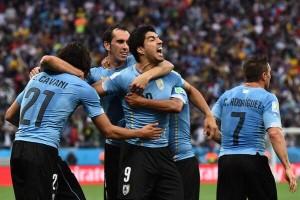 Uruguay venció 2 a 1 a Inglaterra y lo dejó al borde de la eliminación