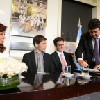 Closs firmó con la presidenta Cristina Fernández un nuevo acuerdo de deuda.