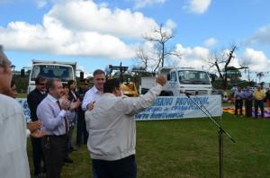 En el acto por la Independencia Cerro Corá recibió máquinas viales