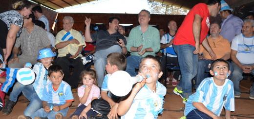 Closs compartió el triunfo de la Selección con los evacuados del río Uruguay
