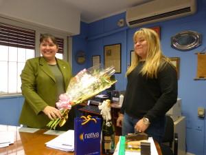 Gloria Fernández del banco Nación entrega un presente a Roxana Giménez