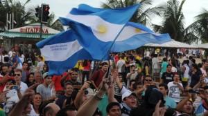 """Banderazo argentino y nueva versión de """"Brasil decime qué se siente"""" en plena Copacabana"""