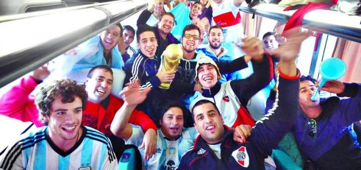 Unos 100 mil argentinos invaden Río para estar cerca del sueño del campeonato mundial