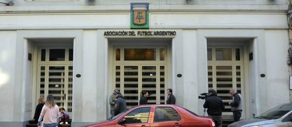 Por el paro de Moyano y Barrionuevo, la AFA suspendió los partidos de River y Boca