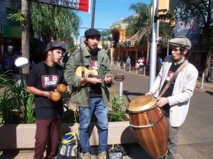 """""""Los Sombreros del Bondi"""" animaron con su música el Black Friday en la calle"""