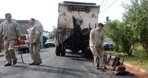 Arreglan baches en calles y avenidas de Posadas