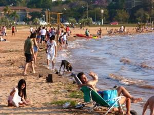 Verano en pleno invierno: la gente disfrutó del domingo en la playa El Brete