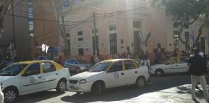 Dueños de taxis protestaron en rechazo al proyecto para blanquear a choferes